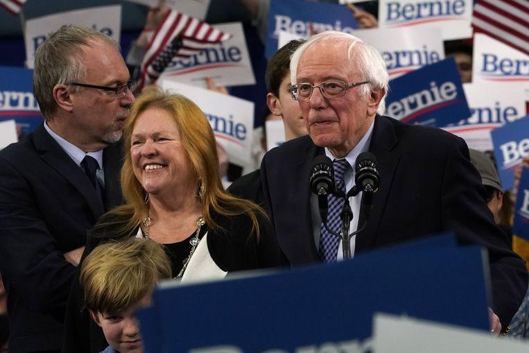 Sanders (rechts) en zijn vrouw. Beeld AFP