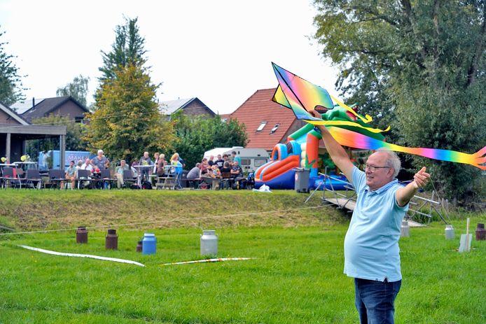 Kinderen, maar ook ouderen gingen in de weer met vliegers.