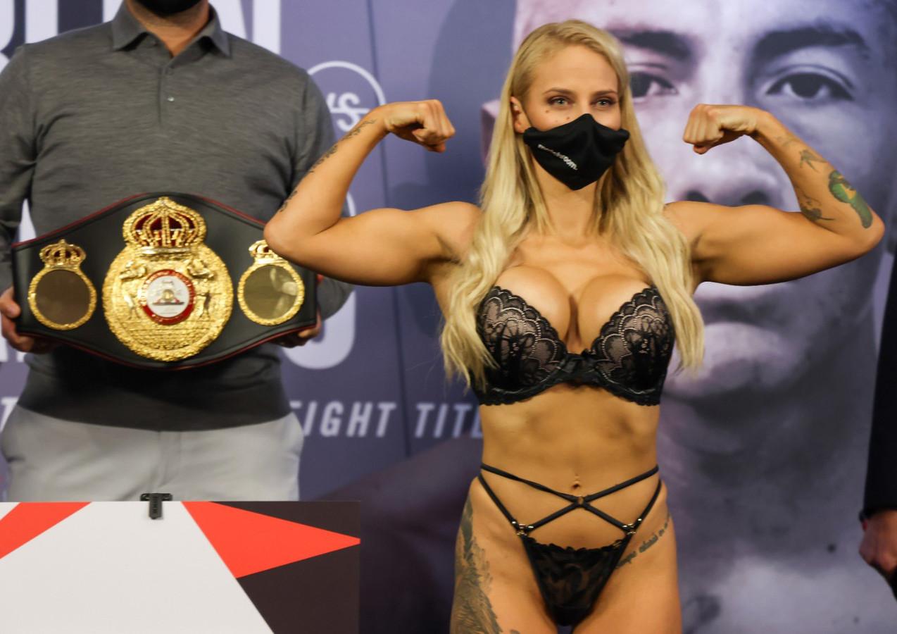 La boxeuse australienne Ebanie Bridges a volé la vedette à son adversaire lors de la pesée de son combat pour le titre mondial.
