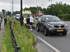 Scooter rijdt achterop auto in Apeldoorn, scooterrijder afgevoerd naar ziekenhuis