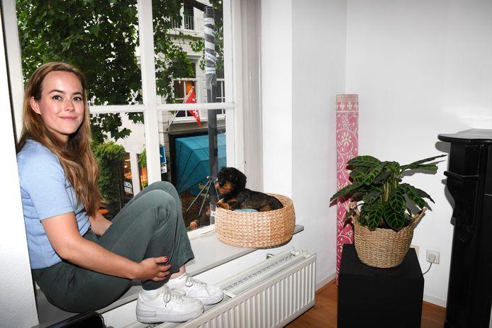 Anne van der Plas woont boven de Vrije Boekhandel. De veiligheidscamera had zo bij haar binnen kunnen zoomen.