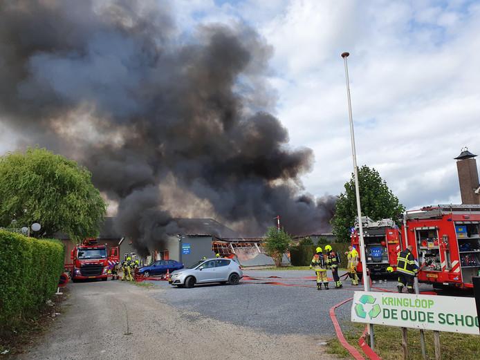 Grote brand bij kringloopwinkel De Oude School in Beneden-Leeuwen.