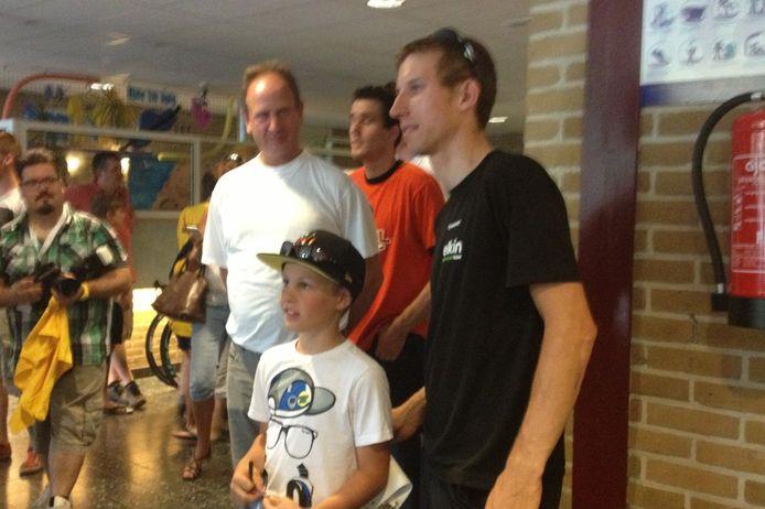 Bauke Mollema poseert met jeugdige fans voor een foto.
