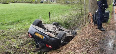 Auto belandt op de kop langs Wetermansweg in Diepenveen, bestuurster gewond
