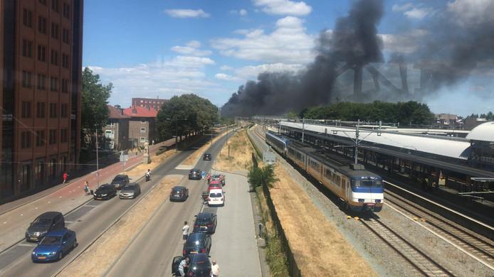Grote brand in Den Bosch te zien vanaf het station.