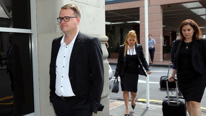 Bram van der Kolk loopt ogenschijnlijk onaangedaan de rechtbank in Auckland uit, waar hij hoorde dat hij mag worden uitgeleverd aan Amerika.