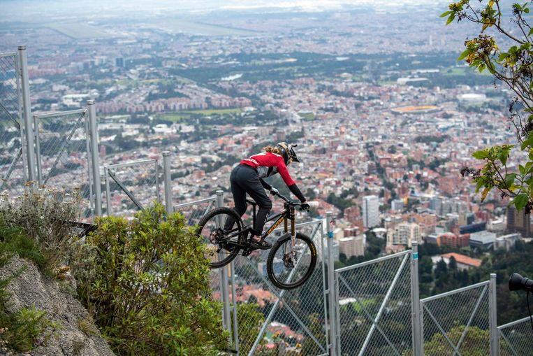 Het uitzicht op Bogota is fantastisch, maar of de Costa Ricaanse mountainbiker Pablo Aguilar daar veel oog voor heeft, valt te betwijfelen. Samen met twintig andere coureurs deed hij in de Colombiaanse hoofdstad mee aan de jaarlijkse race op de berg Monserrate. Beeld AFP