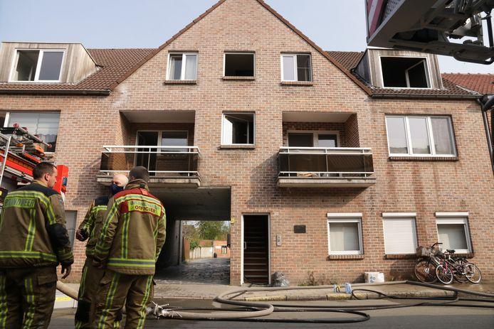 Bij aankomst van de brandweer was er een grote rookontwikkeling en had het vuur zich al verspreid in de flat.