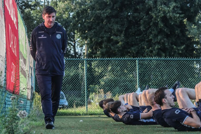 Coach Luc Nilis laat zijn spelers van Belisia stretchen. Beeld Pieter-Jan Vanstockstraeten