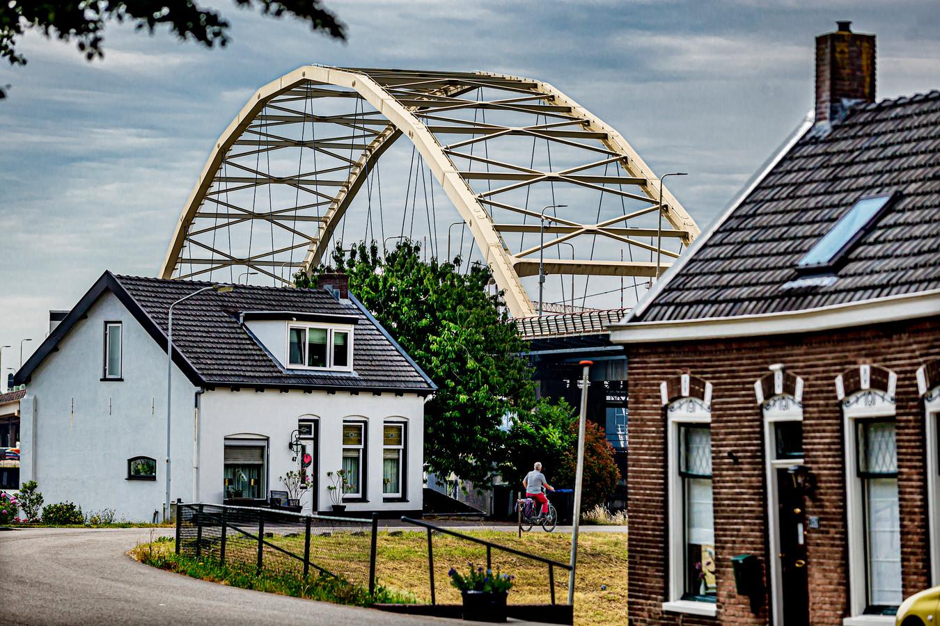 Aannemer Boskalis verwijdert tijdens de afsluiting onder meer een barrier bij de Papendrechtse brug.