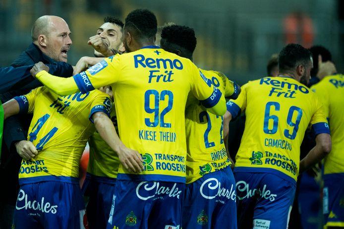 Oktober 2017: Clement viert als coach van Waasland-Beveren een goal van zijn ploeg.