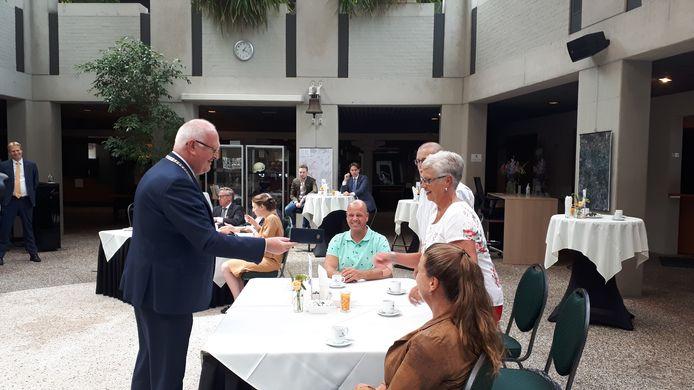 Burgemeester Hilko Mak overhandigt de koninklijke onderscheiding aan Mia Slaats.