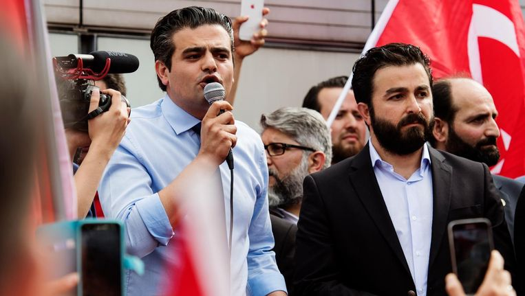 Tunahan Kuzu (fractievoorzitter Denk) spreekt voor Nederlandse Turken die zich bij de Erasmusbrug in Rotterdam hebben verzameld om te betogen tegen de mislukte staatsgreep in Turkije. Beeld anp