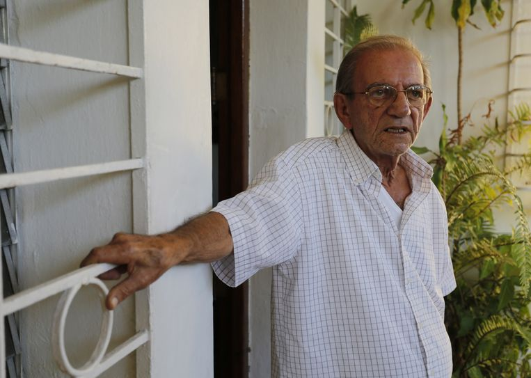 Sarraff's father, also named Rolando, stands at the entrance of his home in Havana, Cuba, Thursday, Dec. 18, 2014. Beeld AP