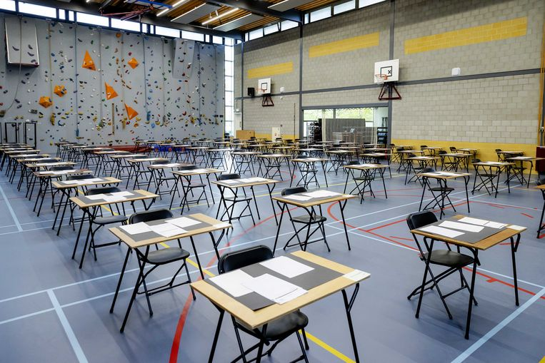 Tafels met daarop het examen staan klaar in de gymzaal van Atheneum College Hageveld. Beeld ANP
