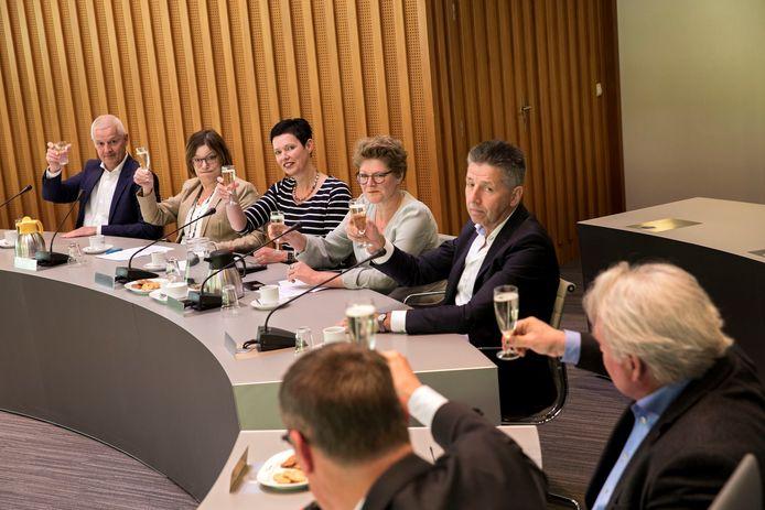 De vijf wethouders van Laarbeek: Joan Briels, Ria van der Zanden, Monica Slaets, Greet Buter en Tonny Meulensteen.