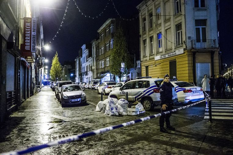 De politie patrouilleert op straat in Molenbeek- en bij uitbreiding in heel Brussel. Het leger springt de agenten bij met bewakingsopdrachten. Beeld Bob Van Mol