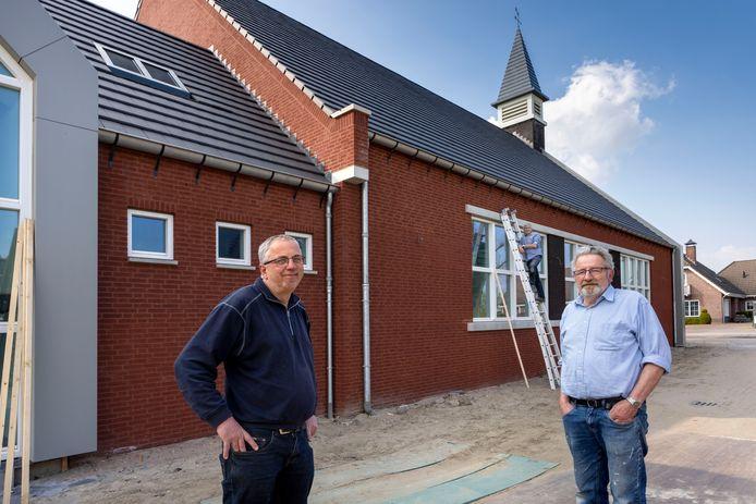De nieuwe gereformeerde kerk. Links Peter't Hoog, rechts Peter de Graaf en op de ladder in het midden Thijs Schoenmakers.