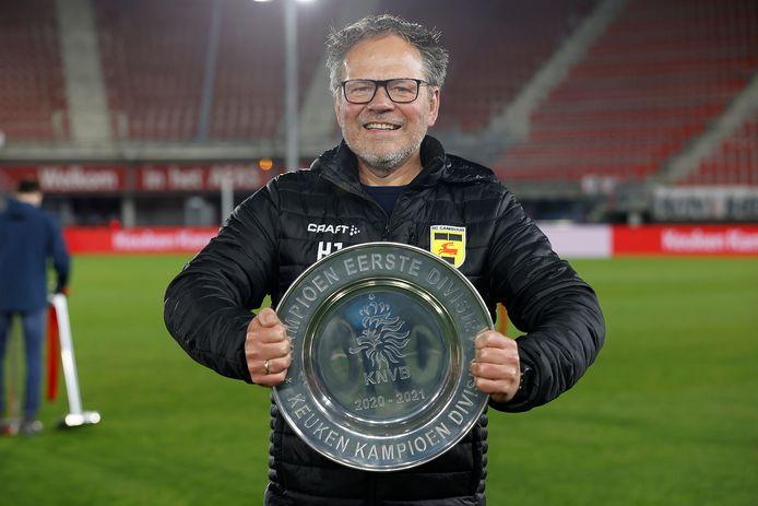 Cambuur-trainer Henk de Jong poseert trots met de kampioensschaal.