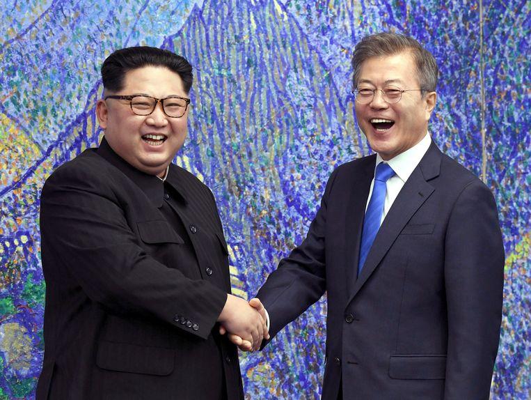 De Noord-Koreaanse leider Kim Jong-un (L) en de Zuid-Koreaanse president Moon Jae-in (R).