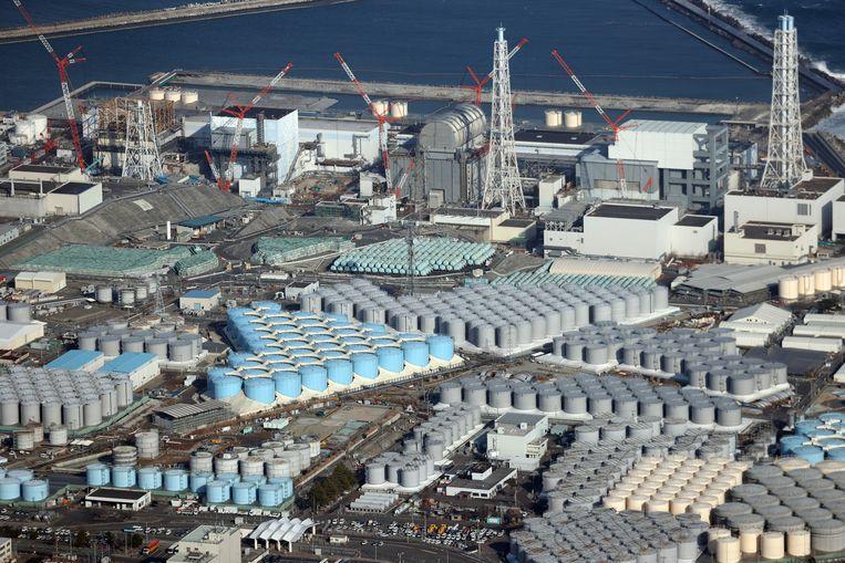 Het vervuilde koelwater wordt voorlopig bewaard in enorme opslagtanks. Beeld EPA