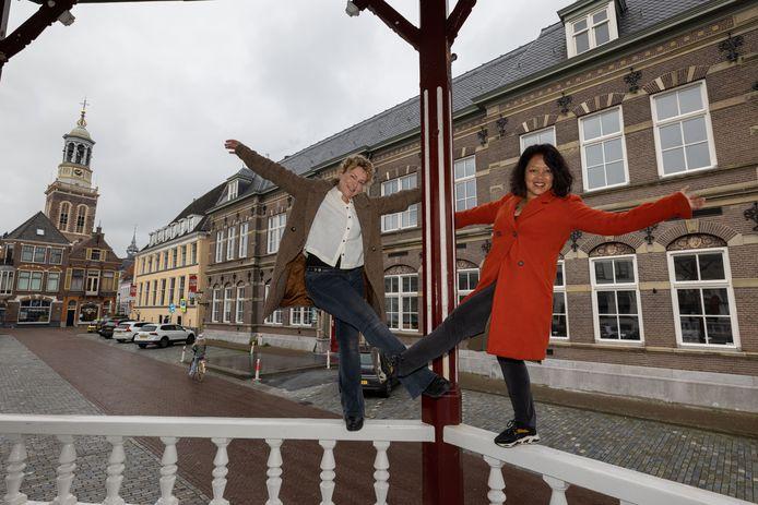 Germa Scholten (links) en Marjan Hommes organiseren in juni een theaterwandeling door de binnenstad van Kampen.