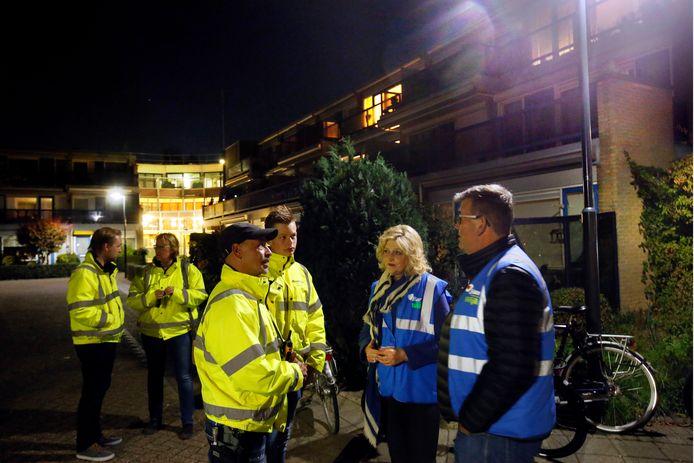 Coördinator Mike Amennou (links) in gesprek met burgemeester Reinie Melissant en raadslid Kees van Willigen tijdens een van de rondes van Buurtpreventie Gorinchem Oost.