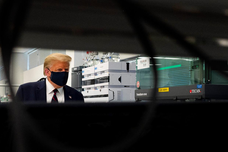 De Amerikaanse president Donald Trump bezoekt een laboratorium in Morrisville, North Carolina waar bestanddelen voor een vaccin worden gemaakt.
