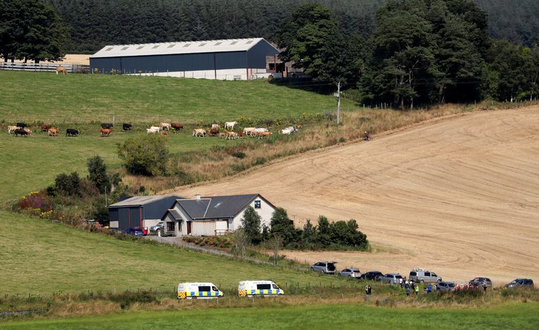 Hulpdiensten onderweg naar  Stonehaven waar de trein van de rails zou zijn geraakt.  Beeld REUTERS