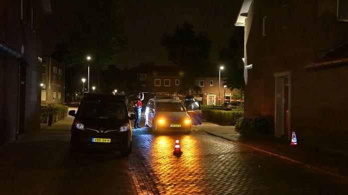 De pastoor Mutsaersstraat werd afgesloten nadat een Peugeot bestelbus werd doorzeefd met kogels. De vermoedelijke schutter stond maandag terecht.