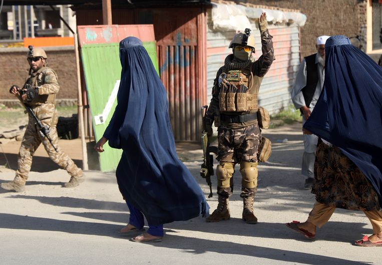 Veiligheidsdiensten bewaken de moskee in Kabul waar vrijdag een bom explodeerde. Beeld AP