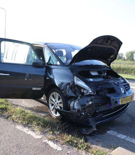 Auto's lopen forse schade op door botsing in Lienden