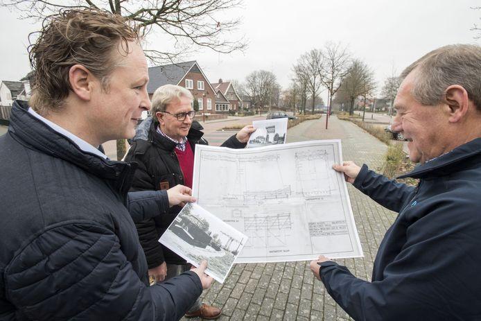 Jeroen Klinkhamer(L), Eduard van der Heiden(M) en Jan Tijhuis (R) over de bouw van een replica van de voormalige brug in Westerhaar.