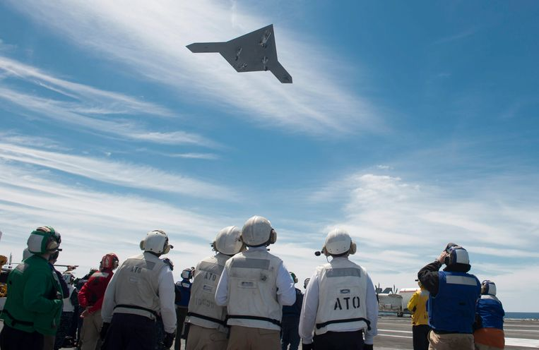 epa03700426 A U.S. Navy handout photo provided by the Navy Media Content Service NMCS on 14 May 2013 shows a X-47B Unmanned Combat Air System (UCAS) flying over the flight deck of the aircraft carrier 'USS George H.W. Bush' (CVN 77) at an unspecified location in the Atlantic Ocean, 14 May 2013. The 'USS George H.W. Bush' was the first aircraft carrier to catapult launch an unmanned aircraft from its flight deck.  EPA/TIMOTHY WALTER/NAVY MEDIA CONTENT SERVICE/HANDOUT  HANDOUT EDITORIAL USE ONLY Beeld null