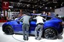 Interesse voor de Tesla Model 3 op de grote stand van dit merk.