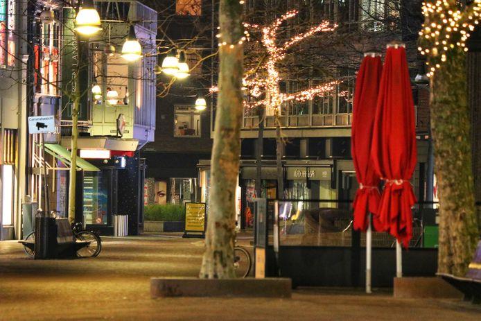 Het stadscentrum van Enschede is leeg tijdens het ingaan van de avondklok.