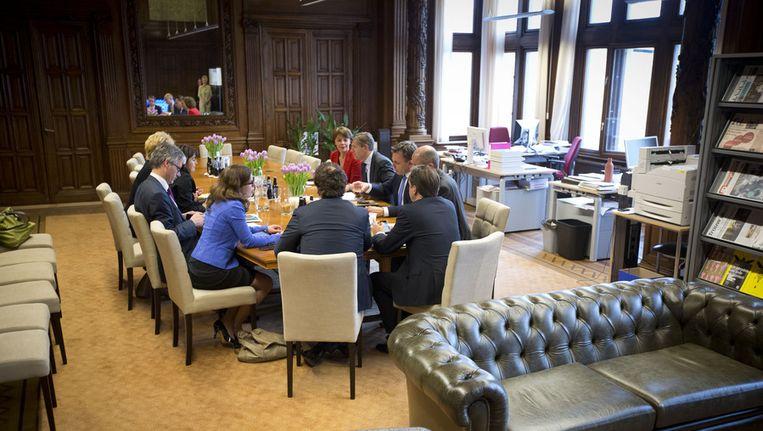 April 2012: de Kunduz-coalitie, de fractievoorzitters van VVD, CDA, D66, GroenLinks en de ChristenUnie, overlegt met demissionair minister van Financiën Jan Kees de Jager over de begroting 2013 vlak voor het debat over de begroting in de Tweede Kamer. Beeld null