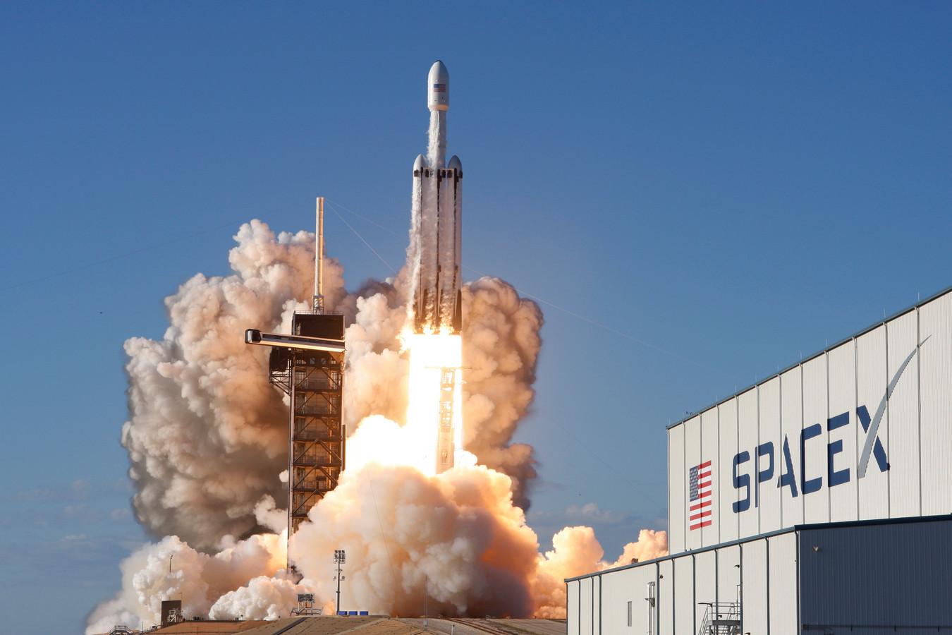 Een Falcon Heavy-raket van SpaceX stuwt een communicatiesatelliet de ruimte in.