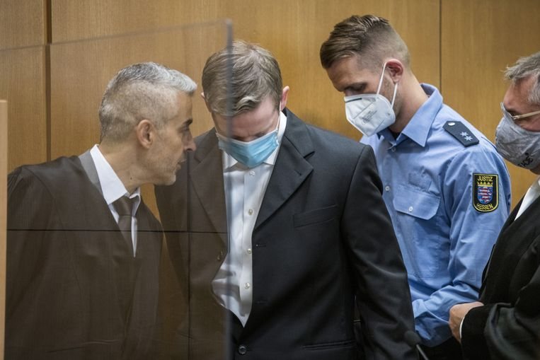 Stephan Ernst spreekt met zijn advocaten Mustafa Kaplan (L) en Frank Henning (R) bij aankomst op de eerste dag van zijn rechtszaak in Frankfurt.  Beeld EPA