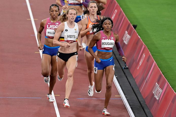 Belgium's Noor Vidts (C) runs to first place in  the women's heptathlon 800m during the Tokyo 2020 Olympic Games at the Olympic Stadium in Tokyo on August 5, 2021. (Photo by Javier SORIANO / AFP)