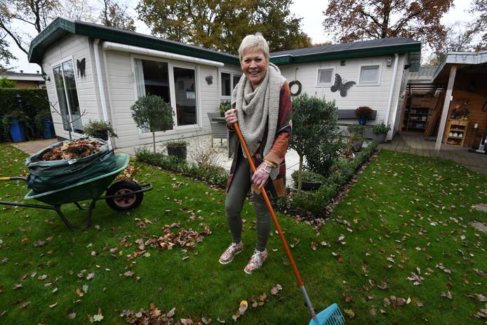 Jean Eichelsheim werkt in haar tuintje voor haar woning op recreatiepark De Ossenberg in Overberg.
