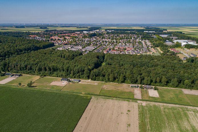 Op de voorgrond een stukje van het uitbreidingsgebied van Swifterbant, daar achter het huidige dorp.