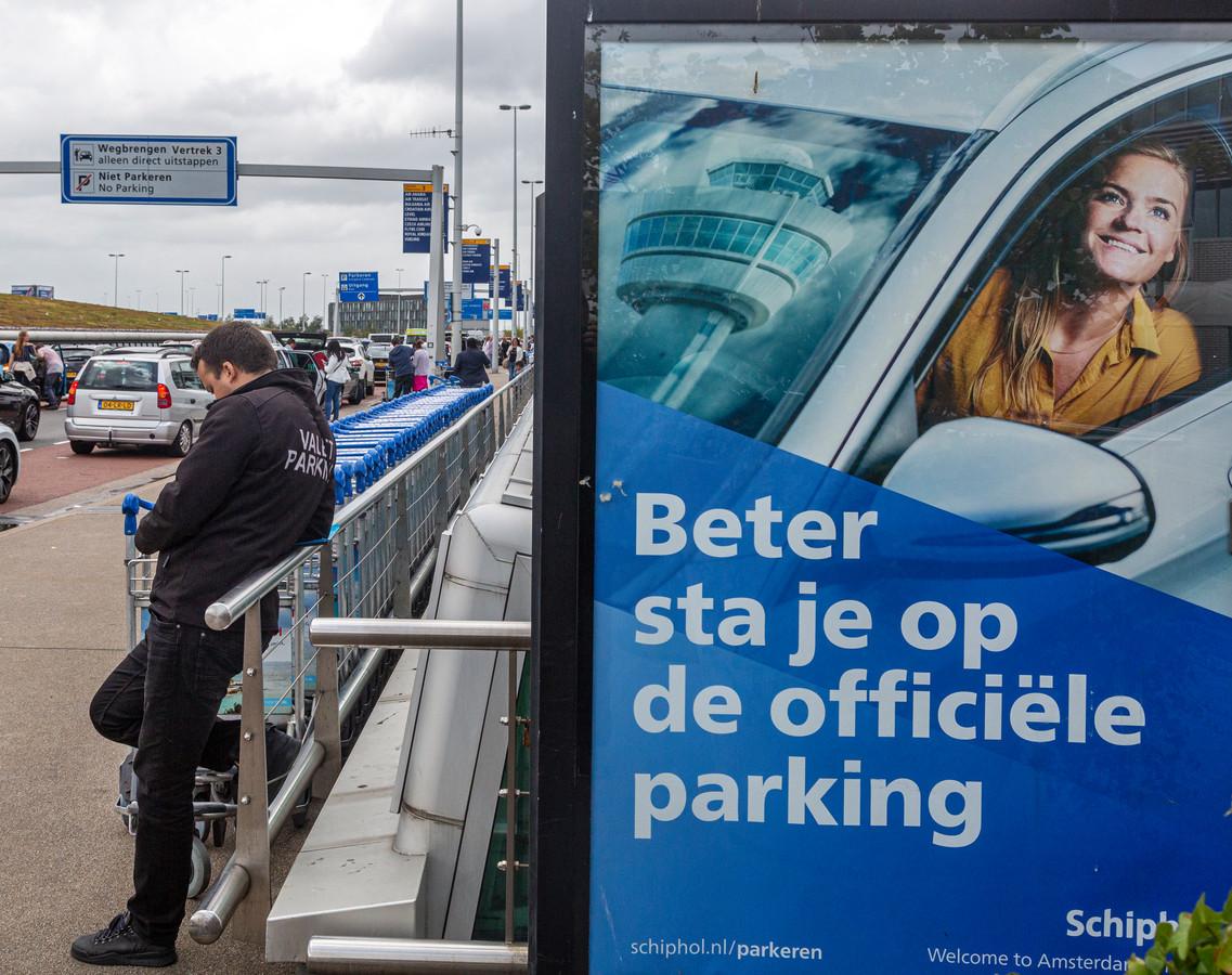 Een bord van Schiphol parking roept op tot het parkeren van auto's op het terrein van Schiphol en niet in zee te gaan met valetparkingbedrijfjes.