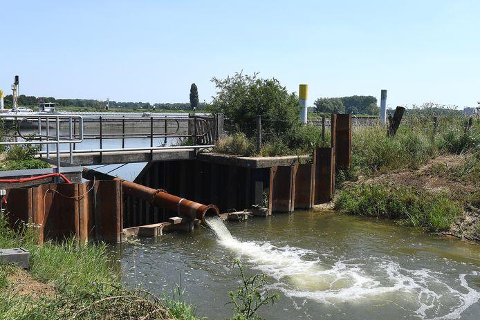 Bij Sambeek wordt Maaswater het gebied in gepompt.