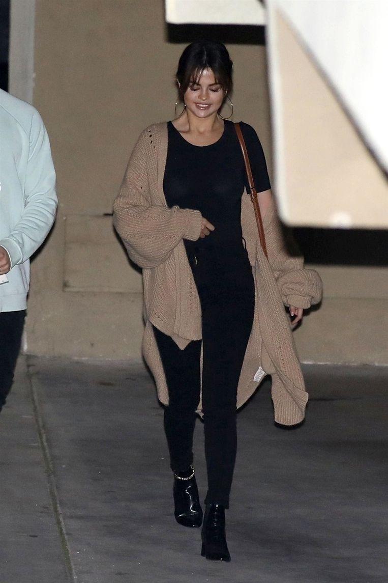 Selena Gomez verlaat het gebouw zonder Justin Bieber.