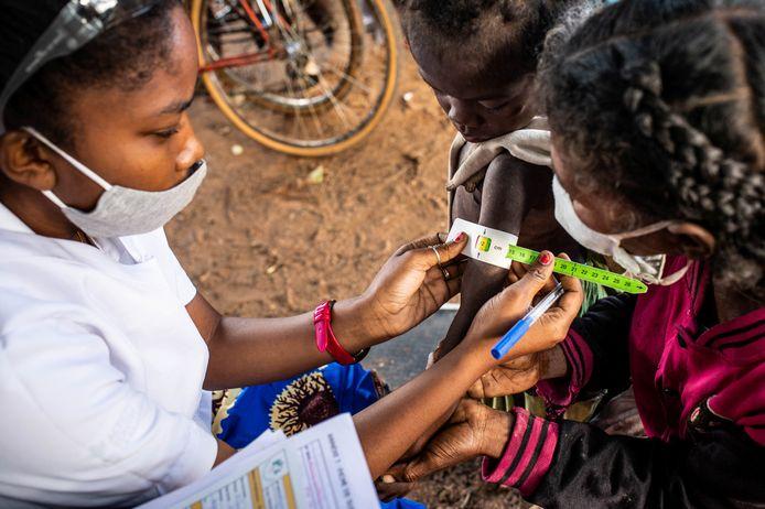 Een kind wordt in Madagaskar gescreend op ondervoeding door de omtrek van de bovenarm te meten. Beel van mei dit jaar.