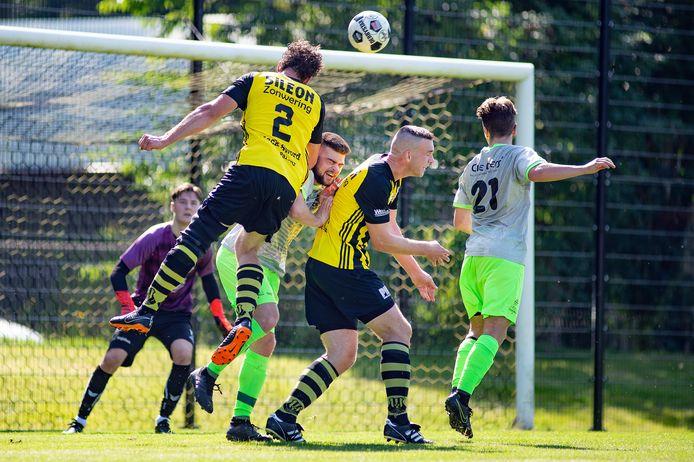 Columbia verloor van Bennekom, maar doordat de DCS (op deze foto de tegenstander) won van FC Horst bekert de Apeldoornse eersteklasser toch door.