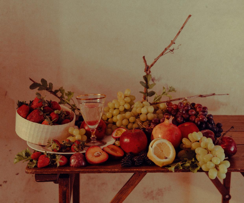 Foto gebaseerd op 'Stilleven met fruit' van Severin Roesen (olie op canvas, 1855). Beeld Damon De Backer