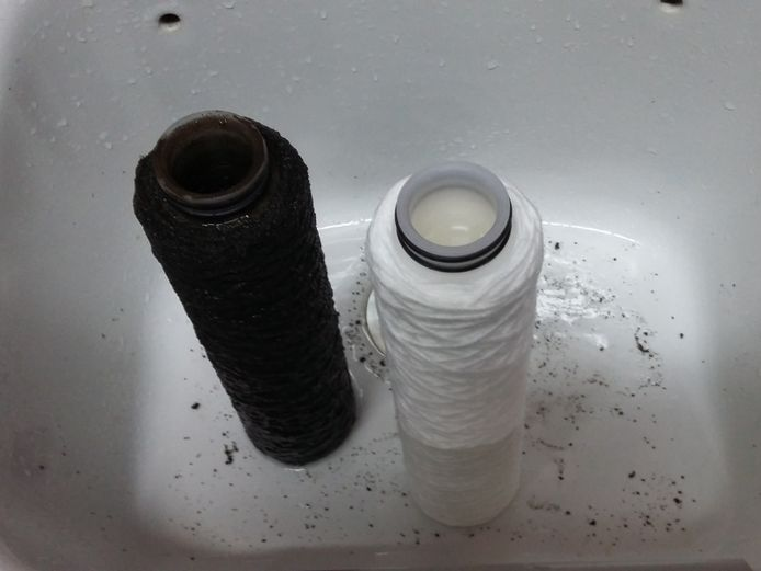 Links: een vervuilde zandfilter (nafilter). Rechts: de propere versie.