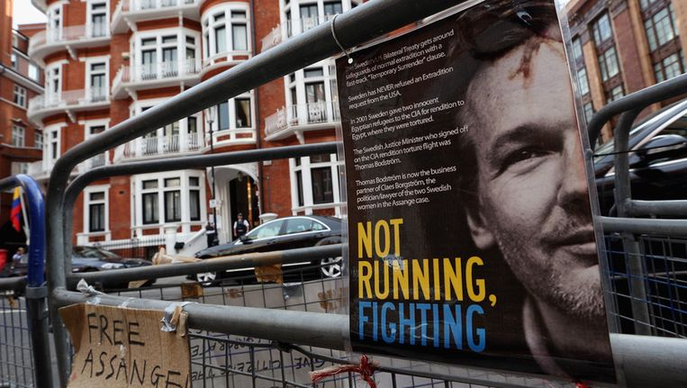 Politie en protestborden voor de ambassade van Ecuador in Londen. Beeld getty